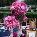 Decoração de casamentos em azul-marinho e fúcsia