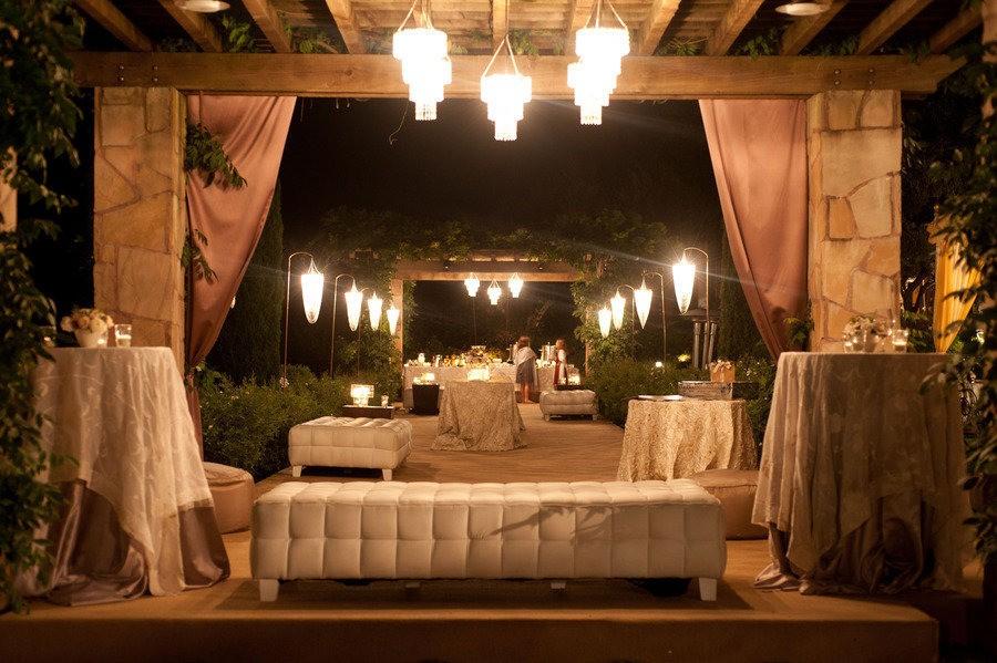 decoração de jardim para casamentos - E também pode usar a pérgola para abrigar seu lounge.