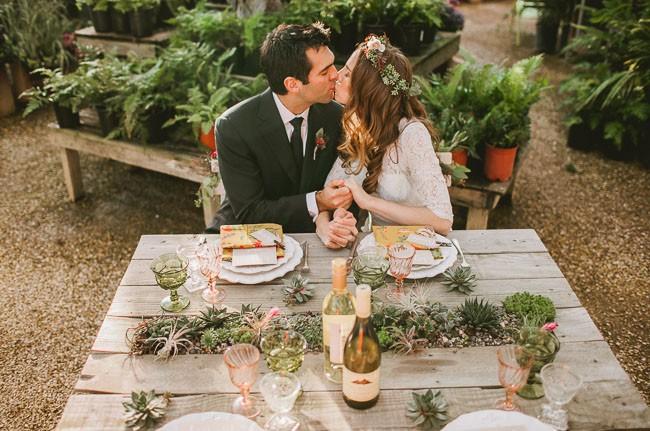 decoração de jardim para casamentos - A madeira não serve apenas para a temática country, mas também para casamentos ao ar livre super românticos.
