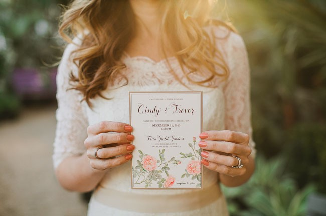 decoração de jardim para casamentos - Não esqueça de aproveitar as mesmas cores das flores e detalhes da decoração na papelaria. Isso inclui o convite do casamento!