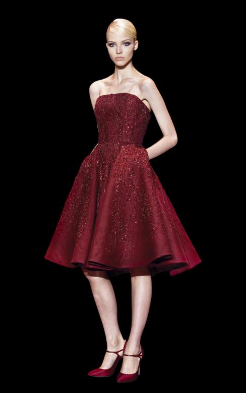 As criações em rubi com pedraria são inspiradas nas joias da Coroa - vestidos para convidadas de casamento Elie Saab