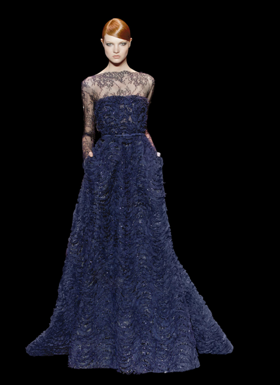 O safira também teve destaque na coleção - vestidos para convidadas de casamento Elie Saab