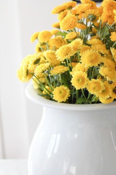 Arranjos para casamento puramente amarelos já são lindos! Mas não tenha medo de combinar com outras cores - decoração de casamento em amarelo - foto de Laura Clarke Photography