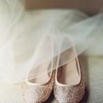 Sapatilhas são alternativas românticas para casamentos no estilo boho. Apostar no brilho é uma boa forma de dar charme à sapatilha escolhida.