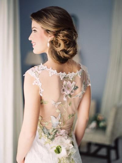 modelo de vestido de noiva com decote em tule illusion