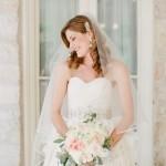 noiva sorrindo com buquê na mão - a tranquilidade de contar com uma wedding planner
