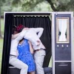 A cabine de fotos para casamento é divertida e possibilita que os convidados levem as fotos para casa na hora! A melhor lembrancinha de casamento que você pode oferecer