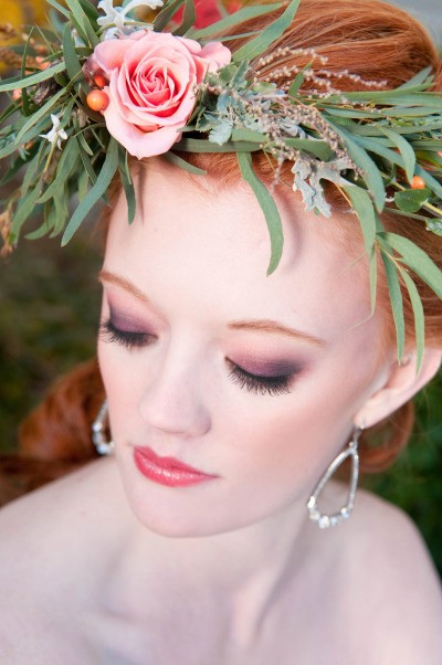 Maquiagem para casamento com esfumado em tons quentes. Em combinação com flores, pode dar certo para um casamento de dia também!