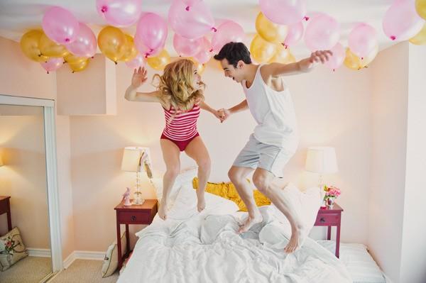 casal brincando de pula-pula na cama - diversão e romance neste dia dos namorados