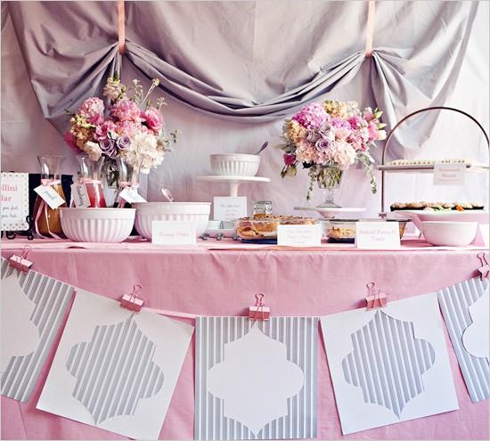 O Chá de Cozinha ficou famoso por seu foco em quitutes e doces incríveis. Então, capriche numa mesa de petiscos e doces digna de fotografias!