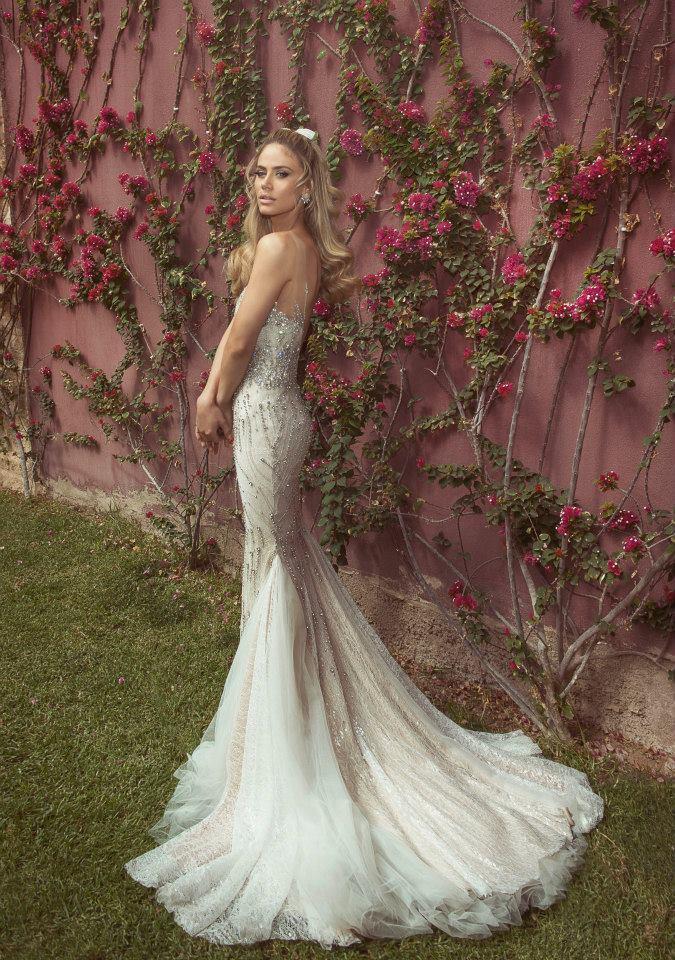 A cauda longa do vestido de pedraria de Tal Kahlon deixa o modelo ainda mais lindo!