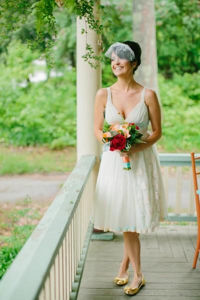 Um vestido de noiva simples com caimento fluido fica mágico e envolvente.
