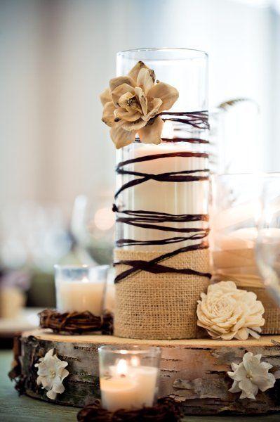 A iluminação com velas é uma excelente aposta para um casamento rústico. Além de ser super natural e aconchegante, valoriza os tons terrosos e pastéis da sua decoração.