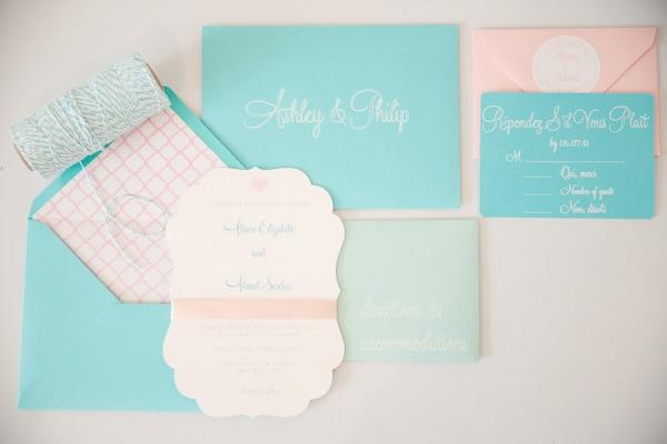 Inspiração de papelaria para convite de casamento em tonalidades pastéis de candy colors.