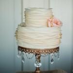 O bolo com babados, ou ruffled cake, é lindo e combina com vários estilos de decoração! Esta inspiração aqui ficou linda para um casamento vintage. Adoramos!