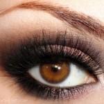 Makes esfumadas dão os melhores resultados para um look poderoso para olhos castanhos.