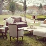 Posicionar os assentos como em uma sala de estar facilita um papo agradável para os convidados.