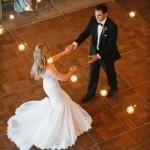 Vestidos de noiva rodados e com mais volume são ótimos para um efeito de filme na hora da valsa!