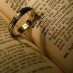 Fazer suas as palavras de poetas e escritores é uma ótima forma de garantir muito romance nos votos de casamento, mas com um toque pessoal.
