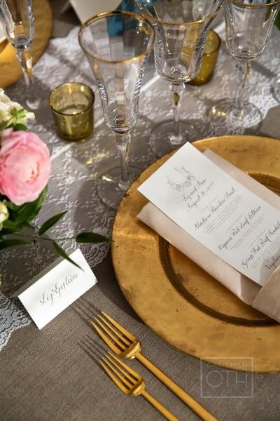 Um casamento dourado pode ter como cores secundárias tons terrosos e claros como o Toasted Almond.