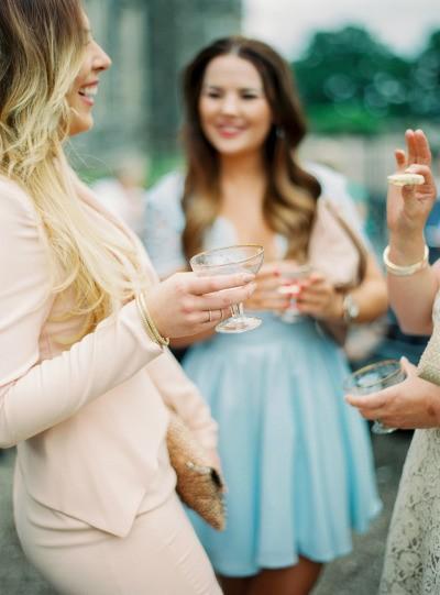 Experimente os drinks que os noivos escolheram para os convidados. Mas sem exageros! Mais dicas para ser uma boa convidada de casamento? Vem ler!