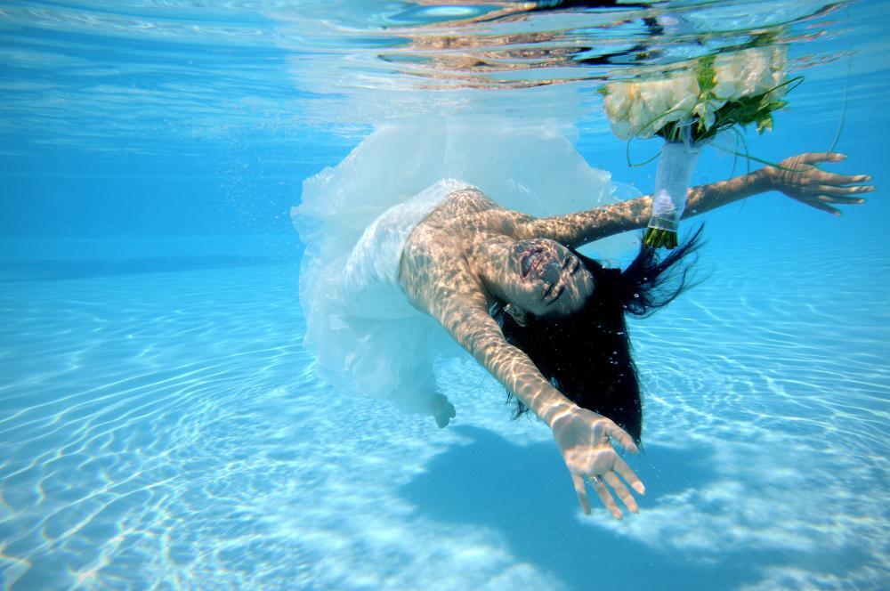 Ensaio Trash the Dress: O ensaio fotográfico, quando feito embaixo d'água, é perfeito para vestidos fluidos e fotos mágicas estilo sereia!