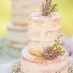 As flores delicadas deram um toque de charme a este naked cake.
