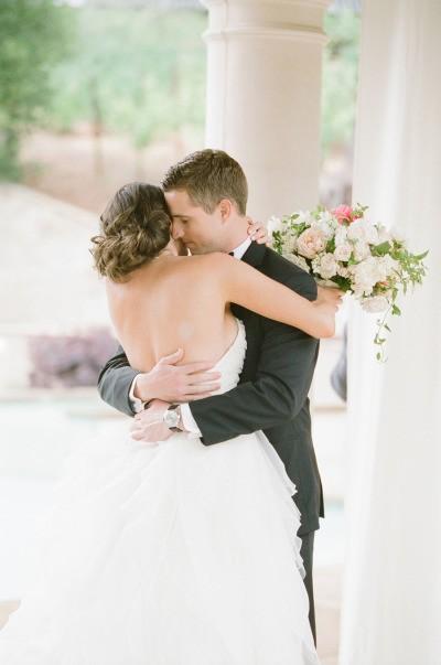 Conheça o ensaio First Look. O primeiro olhar é mágico. Cheio de antecipação, de amor, de alegria. É o início da vida de vocês como casados!