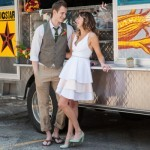 A foto perfeita para retratar a alma de um food truck: uma decoração descontraída, comida gostosa, vestido de noiva curto e noivo de chinelo!