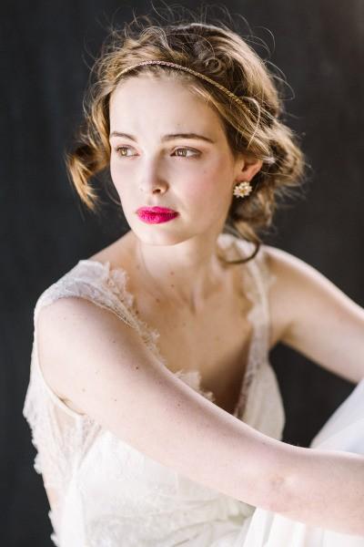 Um batom contrastante pode ser elegante, sem necessariamente poluir o look. Aprenda neste artigo a equilibrar o olhar com os lábios e qual o melhor batom para você!