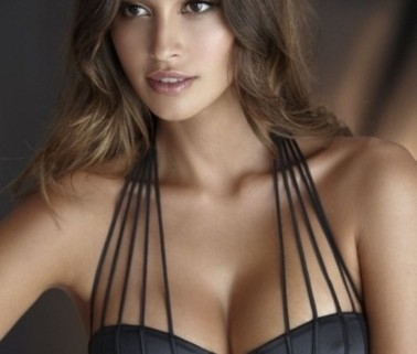 Valorize sua silhueta e acentue suas curvas com uma lingerie strappy na noite de núpcias.