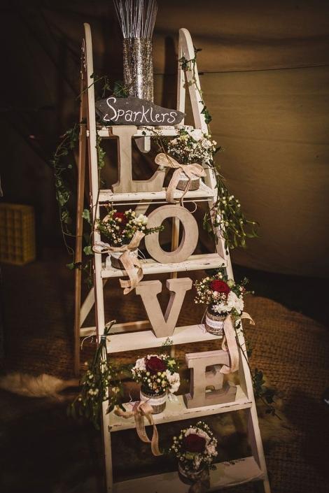 Linda inspiração para decoração com letras para casamento rústico! Aprenda mais sobre essa tendência em nosso artigo.