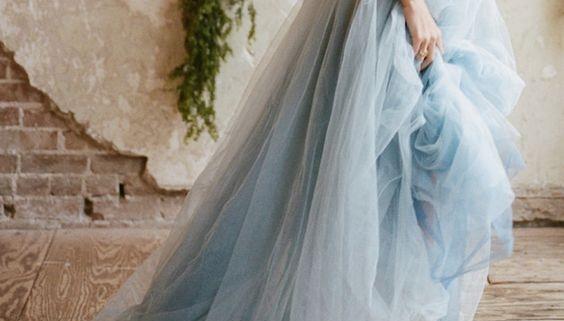 Esta linda inspiração de look em Azul Serenity é perfeita para noivas bailarinas!