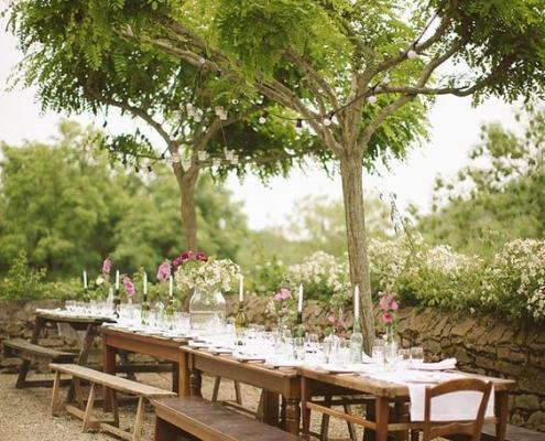 Mesas comunitárias são ótimas opções para casamentos rústicos, boho, na praia ou ao ar livre!