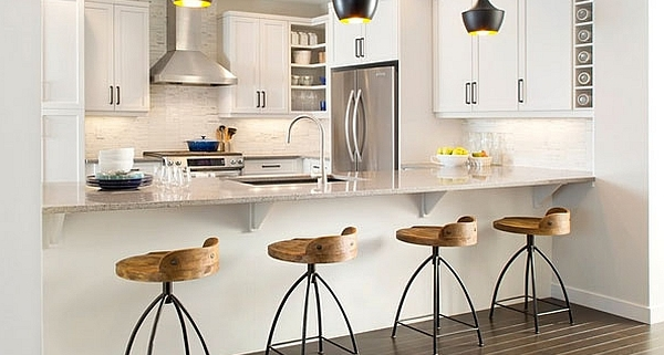 A cozinha americana ou com passa-prato também virou tendência e amplia ambientes reduzidos. Spots ou iluminação com pendentes localiza a claridade sobre o balcão.
