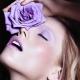 Maquiagem monocromática - O lilás é uma ótima cor para uma maquiagem monocromática delicada e feminina, perfeita para um casamento diurno. O lilás é discreto suficiente para um casamento clássico, mas traz cor suficiente para um look alegre e descontraído.