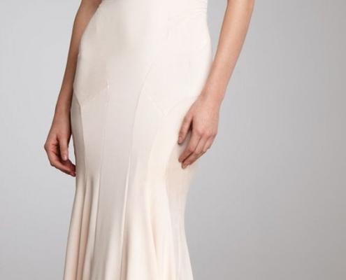 Nesta inspiração de slip dress, o caimento abre levemente na altura dos joelhos (estilo sereia), conferindo ainda mais movimento à noiva.