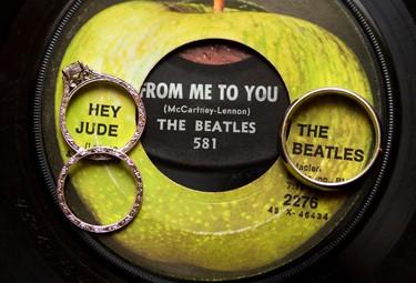 Para lograr la ambientación de casamiento estilo Beatles, la selección de la música es fundamental