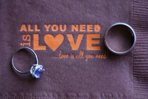 Servilleta y anillos y Todo lo que necesitas es Amor!