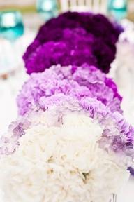 Decoración para casamiento - Podés optar por una hilera de pompones en degradé como centro de mesa