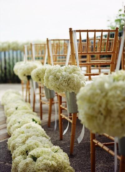 Decoración para casamiento - Los pompones también pueden colgar de las sillas de los invitados