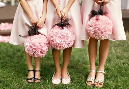 Decoración para casamiento - Estas damas de honor de animaron a más y se divierten posando con bouquets de papel en color rosa!