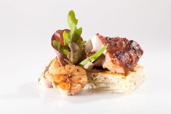 Menu para casamiento - Bondiola de cerdo al horno con papas y ajos asados, otra variante para un menú con carnes rojas
