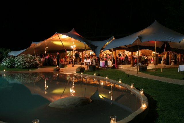 carpas para eventos - Una carpa beduina crea un ambiente elegante y sofisticado para la fiesta de casamiento