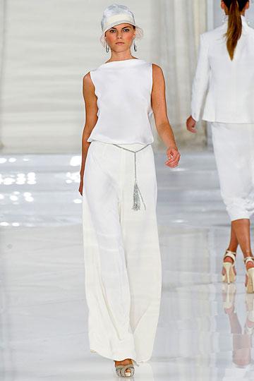 Traje de novia con distinción parisina y mucho glamour en blanco hielo
