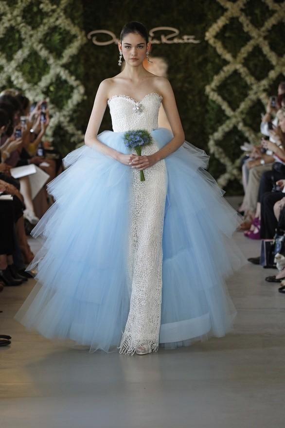 Vestidos de novia de Oscar de la Renta look celeste y blanco