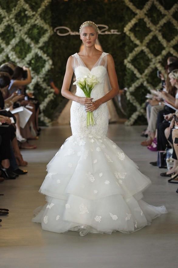 Vestido de Oscar de la Renta novias 2013 con corte sirena y superposición de tules bordados