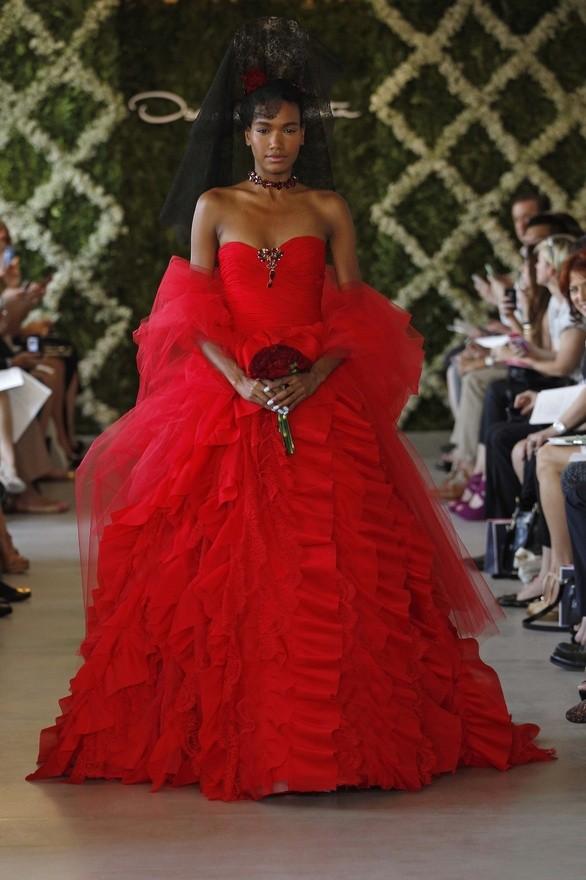 Diseñadores de vestidos de novia asombrosos: Vestido de novia rojo