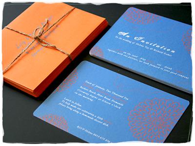 Como decorar bodas con tarjetas de invitación en azul y naranja