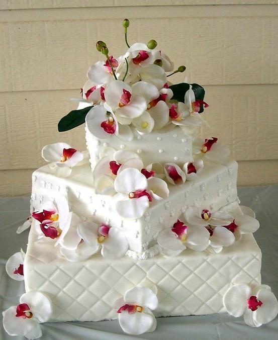 Pastel de boda decorado con flores
